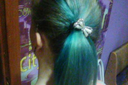 12-летнюю девочку выгнали из школы за голубые волосы