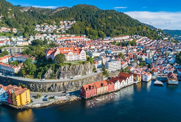 Альтернатива дорогому Осло — второй по величине город Норвегии Берген, расположенный на западном побережье в окружении фьордов. Недвижимость здесь стоит дешевле: покупка — 5,5 тысячи евро за квадратный метр, аренда — 1,1 тысячи евро за квартиру в месяц.