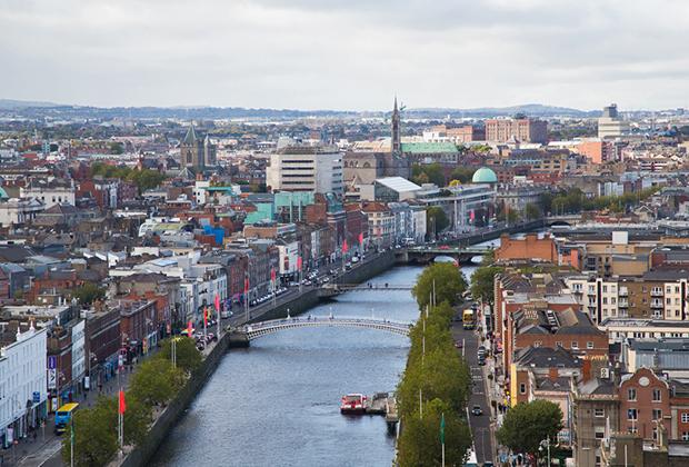 Квартиры в центре Дублина стоят в три раза дешевле, чем в Лондоне: квадратный метр в столице Ирландии обходится в 6,1 тысячи евро, месячная аренда однокомнатной квартиры — в 1,5 тысячи евро.