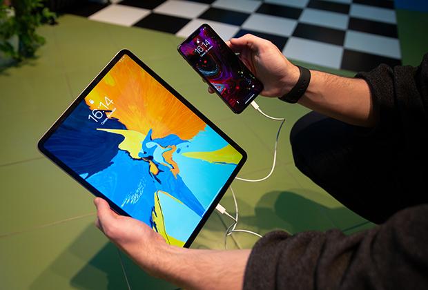 Благодаря USB-C iPadPro может заряжать другие устройства