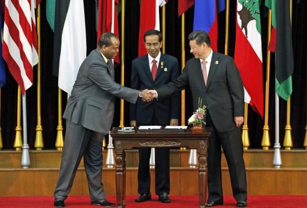 Мсвати III пожимает руку председателю КНР Си Цзиньпину перед президентом Индонезии Джоко Видодо, 2015 год