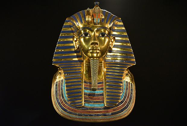 Египетские фараоны сбривали всю растительность на лице и голове, а пышные прически и бородки были накладными.