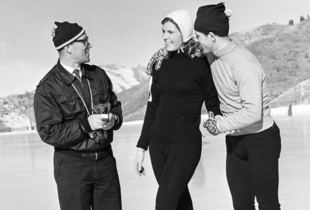 Геннадий Воронин (справа) и Инга Артамонова с тренером Л. Горкуновым. 30 января 1962 года