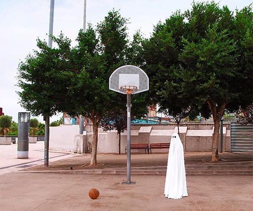 Хеллоуин давно закончился, но испанец Mr Boo продолжает фотографировать привидения. На его снимках они ходят по магазинам, посещают бассейн, занимаются бегом и гуляют в лесу. Или пытаются играть в баскетбол. Это непросто, когда нет рук.