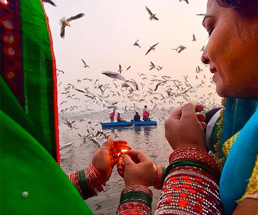 19-летний Сунеш Пандей из Индии снял этот кадр во время праздника Чхатха, когда индуисты благодарят бога Солнца Сурью и просят его об исполнении желаний.  «Здесь показано, что на любую плохую ситуацию можно дать ответ, если помогут те, кто рядом», — говорит он.