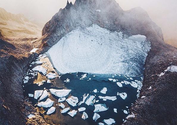 Фотограф Фабио Зингг пять часов добирался до этого местечка в швейцарских Альпах, а потом разбил там лагерь. «Осень — мое любимое время года, — утверждает он. — На природе цвета такие яркие, и свет в Альпах тоже».
