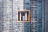 Это необычное здание с отверстием посередине находится в Гонконге. «Открытое пространство среди множества крохотных окошек на плотно упакованном изогнутом фасаде. Жить здесь, в одном из самых богатых районов города, — это мечта», — комментирует автор снимка.