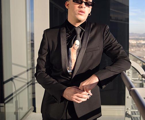Пуэрториканский певец Бэд Банни приехал на вручение премии «Латинская Грэмми» в угрожающем галстуке, с которым лучше не связываться.