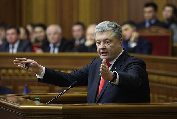 Президент Украины Петр Порошенко выступает на заседании Верховной рады Украины, где рассматривалось решение о введении военного положения в стране