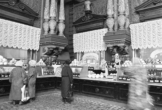 Елисеевский магазин во все времена поражал роскошью убранства и богатством выбора на прилавках. Для избранных мало что изменилось и в годы блокады.