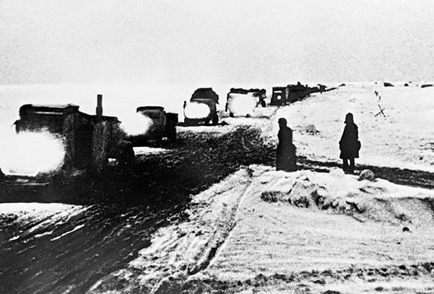 Ледовая трасса «Дорога жизни» на Ладожском озере. Ленинградская область, зима 1941-1942 годы.