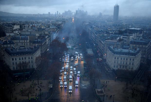 """Протесты продолжаются по всей Франции уже третью неделю. Главные участники действа — так называемые желтые жилеты. Активисты одеты в яркие светоотражающие накидки, которые обычно надевают водители, чтобы их было заметно на дороге. <br><br> Беспорядки с перекрытием «желтыми жилетами» трасс прошли и в соседней Бельгии. В то же время французские организаторы протестов <a href=""""https://lenta.ru/news/2018/11/22/brussels/"""" target=""""_blank"""">отрицают</a> связь с бельгийскими дебоширами."""