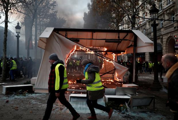 Как сообщал RTE, днем 1 декабря сотрудникам правоохранительных органов удалось очистить от манифестантов район рядом с Триумфальной аркой, однако вскоре бунтующие вернулись.