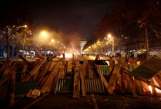 События последних дней — самый дерзкий бунт с 2005 года, когда против полиции выступила молодежь из бедных районов Парижа. Тогда в столкновениях погибли два человека.
