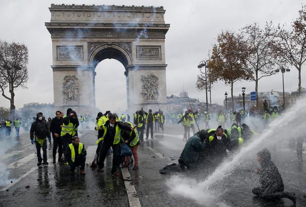 По примерным оценкам, в нынешних протестах участвует около 75 тысяч человек по всей Франции. По информации полиции, в стране заблокировано 582 дороги.