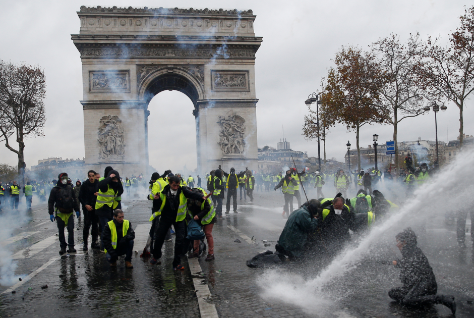 Разгон протестующих водометами