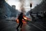 В столице несколько тысяч мобилизованных полицейских пытаются разогнать дебоширов слезоточивым газом и водометами. Французские СМИ сообщали о закрытии станций метро.