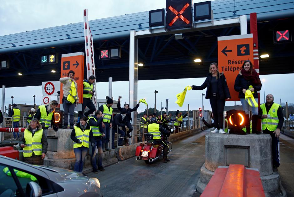 Протестующие в коммуне Нант на западе Франции