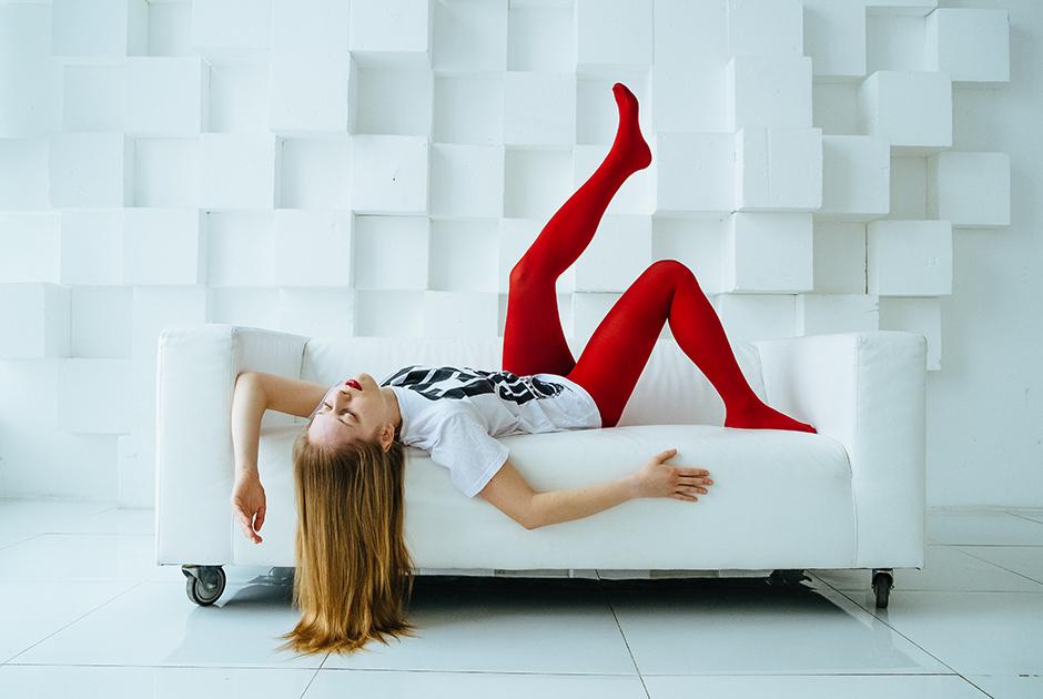Кристина, 26 лет, Россия. <br> <br> «У меня не было какой-то мечты про место, я хотела, чтобы была белая пустота, потому что в этот момент ничего вокруг не существует. Красное — чтобы противопоставить себя этому бескрайнему белому, и чтобы быть даже не человеком, а линией, формой, цветом, как абстрактная картина».