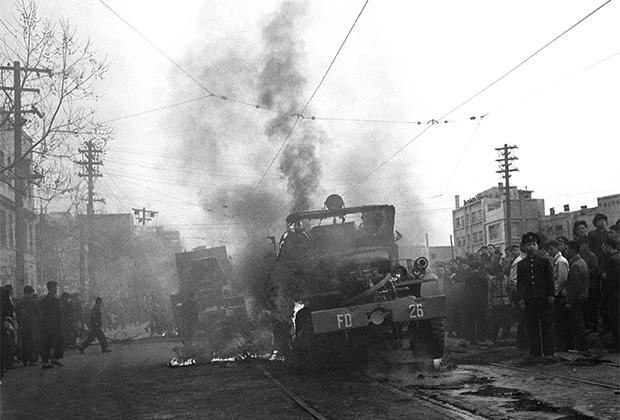 Горящая пожарная техника во время столкновений в Сеуле, 19 апреля 1960 года