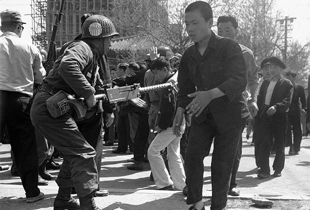 В апреле 1960 года на демонстрации выходило более ста тысяч человек