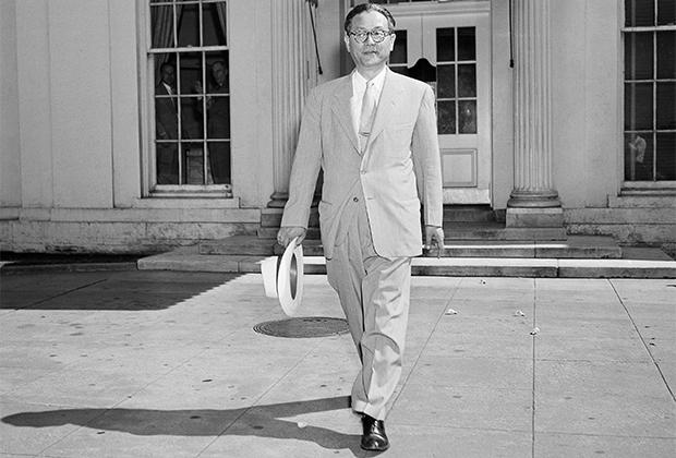 Чан Мён в годы работы послом в США выходит из Белого дома