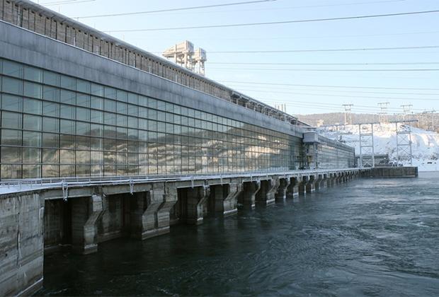 Галерея Красноярской ГЭС — второй в России по мощности после Саяно-Шушенской гидроэлектростанции. Обе ГЭС входят в Красноярский каскад. Именно из-за них Енисей и не замерзает зимой.