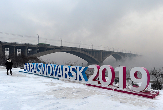На выведенной из обращения банкноте достоинством 10 рублей на одной стороне была изображена Красноярская ГЭС, а на другой —этот мост через Енисей...