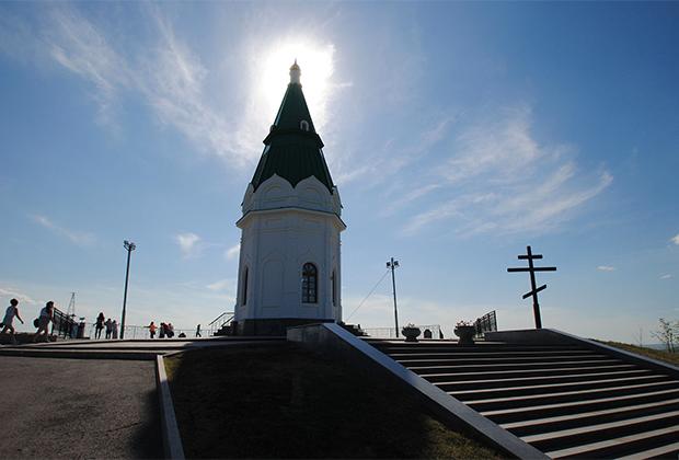 ...и часовня Параскевы Пятницы. Она была построена в 1852-1855 годах и никогда не разрушалась. В годы войны у часовни сгорел шатер, но в 1970-е она была полностью отреставрирована.