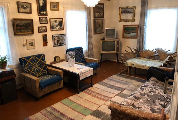 Один из главных музеев города расположен не в самом Красноярске, а в деревне Овсянка —это дом-музей писателя Виктора Астафьева.