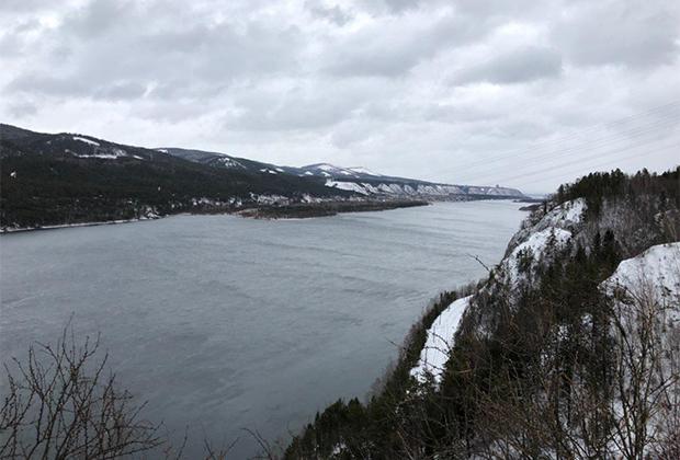 Даже если за окном 17 градусов ниже нуля, Енисей невозмутимо свободен от любого льда. Кажется даже, что это и не река вовсе, а фьорд.