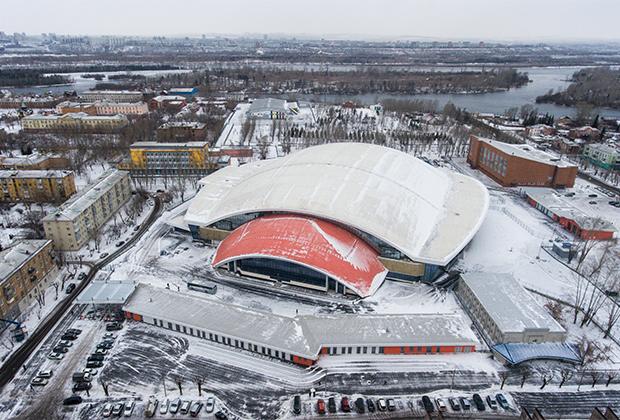 Стадион «Енисей» отличается от других объектов тем, что вписан прямо в жилой район. В ходе строительства подрядчик находился в постоянном контакте с местными жителями, которые, естественно, были не слишком довольны шумом стройки. К счастью, стадион был возведен всего за полтора года.