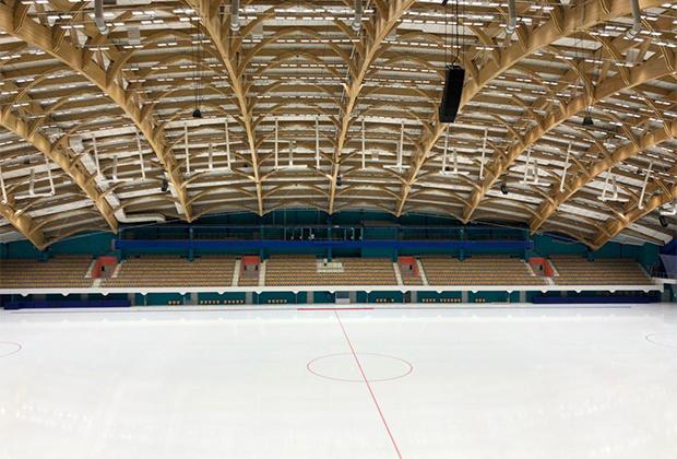 Визитная карточка стадиона «Енисей» — конструкция кровли, в которой использованы клееные балки длиной 99,9 метра. Балки нарочито выставлены напоказ, чтобы зрители могли во всех подробностях рассмотреть конструкцию.