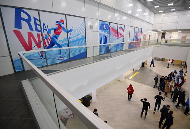 Внутри огромного многофункционального комплекса «Радуга» расположены пресс-центр, комментаторские кабины, бассейн, скалодром и спортивные залы.