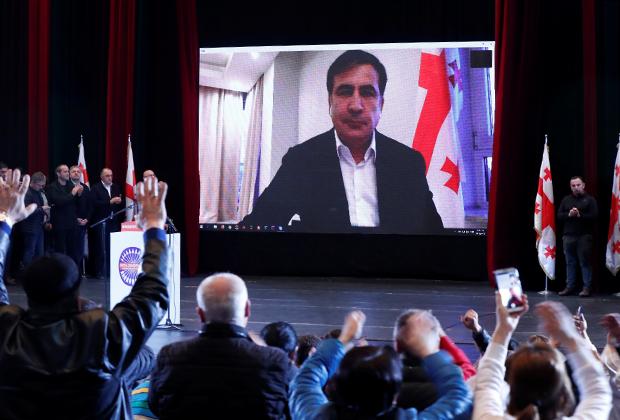 Михаил Саакашвили выступает по видеосвязи перед своими сторонниками