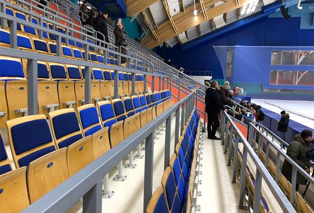 Чтобы дополнительно подчеркнуть тему природы, основы кресел тоже изготовлены из дерева. Стадион вмещает пять тысяч зрителей и станет после завершения Универсиады домашней ареной клуба по хоккею с мячом «Енисей».