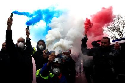 Протестующие во Франции захотели багета и зрелищ