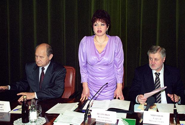 """В Совет Федерации Петренко попала в 2001 году. До этого она была народным депутатом РСФСР и работала в администрации Ростовской области. В 1993 году она участвовала в переговорах с террористами, <a href=""""https://ru.wikipedia.org/wiki/%D0%97%D0%B0%D1%85%D0%B2%D0%B0%D1%82_%D0%B3%D1%80%D1%83%D0%BF%D0%BF%D1%8B_%D0%B4%D0%B5%D1%82%D0%B5%D0%B9_%D0%B2_%D0%A0%D0%BE%D1%81%D1%82%D0%BE%D0%B2%D0%B5-%D0%BD%D0%B0-%D0%94%D0%BE%D0%BD%D1%83"""" target=""""_blank"""">захватившими</a> детей в школе в Ростове-на-Дону, и была награждена орденом «За личное мужество». После этого в 1996 году Петренко стала сотрудницей службы безопасности президента."""