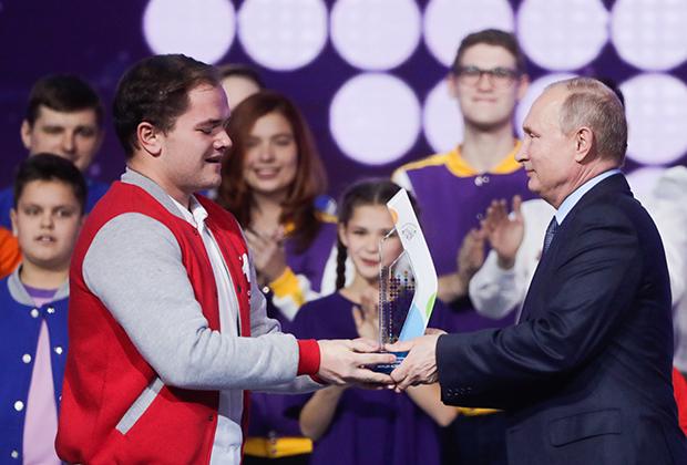 Антон Коротченко из Смоленской области, победивший в номинации «Волонтер года», и президент России Владимир Путин