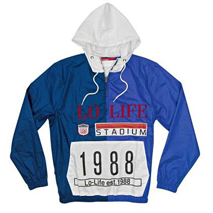 Крупный шрифт, дата основания объединенной банды Lo Life и переосмысленный логотип Polo — самый популярный вариант оформления вещей в коллекции бренда.