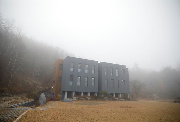 «Тюрьма внутри меня» открылась в Хончхоне на северо-востоке Южной Кореи около пяти лет назад. С 2013 года через нее прошли больше двух тысяч человек. Большинство гостей были офисными служащими и студентами, которые устали от непосильной нагрузки.