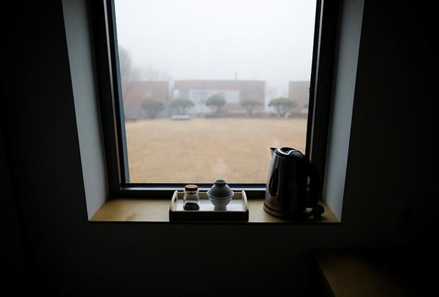 Гостям «Тюрьмы внутри меня» выдают синюю тюремную форму и запирают в одиночных камерах площадью пять квадратных метров. С собой можно взять только матрас для йоги, набор для чаепитий, ручку и блокнот.
