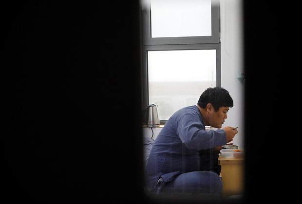 На завтрак в «Тюрьме внутри меня» дают рисовую кашу. Обед «заключенного» состоит из пареного батата и бананового коктейля.