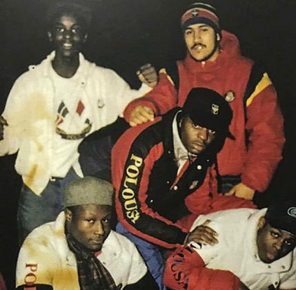 Тэрстин Хоул III и Рэк-Ло с друзьями. Все одеты в Polo. Большинство участников банды были школьниками, хотя руководству Lo Life возраст позволял пойти в колледж.