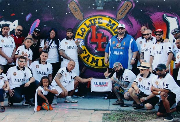 Хоул во время встречи с членами отделения Lo Life в Майами. Банда давно превратилась в субкультуру с кружками по интересам, раскиданными по всему миру. Обратите внимание на распальцовку — указательный палец вверх и большой в бок — символизируют букву L.