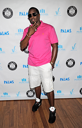Кто в теме, тот поймет. Шон Комбс тщательно продумал свой облик для визита на вечеринку у бассейна в казино Palms в Лас-Вегасе. Diddy, как в 2011 году звал себя Шон, выбрал поло и шорты от Ральфа Лорена и кроссовки Air Jordan — наиболее культовые среди афроамериканцев бренды.