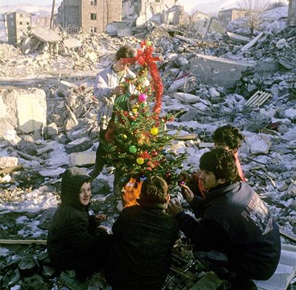— Домой я вернулся 31 декабря. В новогоднюю ночь мы с друзьями ходили по праздничной Москве и просто разговаривали. <br><br> Несколько следующих лет мы регулярно встречались с ребятами из нашей группы. А потом лихие 90-е: кто-то погиб, кто-то эмигрировал. Лет десять назад мы снова собирались. Пять человек…