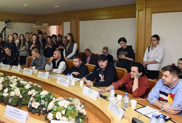 Круглый стол, посвященный отмене концертов некоторых рэп-исполнителей в регионах РФ, организованный молодежным парламентом при Государственной думе РФ
