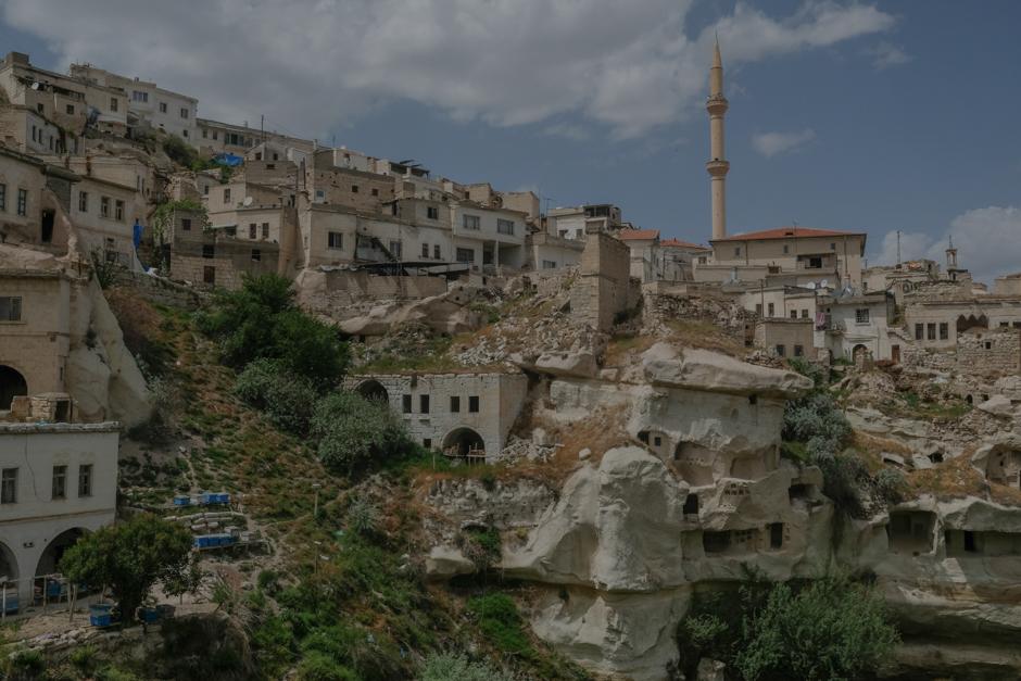 Природу расположенной в центральной части современной Турции Каппадокии наполняет туф. Это осадочная порода, что-то вроде песка и ила древнего моря, спрессовавшегося со временем. На верхний слой этой породы несколько тысячелетий назад нападали базальтовые «бомбы» при извержении вулканов Эрджияс, Гюллюдаг и Хасандаг.