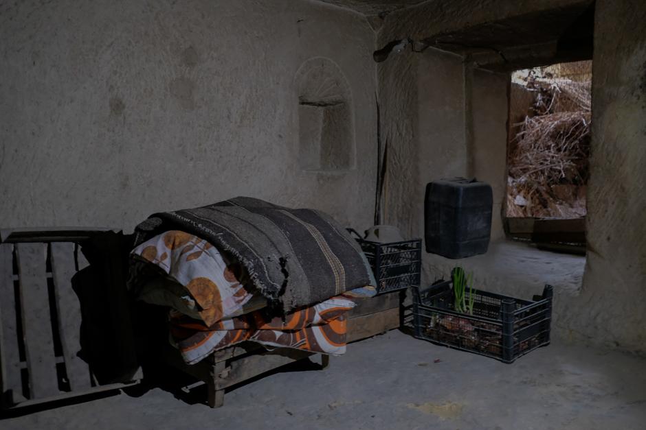 Сейчас правительство предпринимает большие усилия для того, чтобы местные жители ушли из пещер, но они делают это неохотно. В туфовых конусах им комфортно: зимой не холодно, а летом не жарко. Отсутствует и проблема «квадратных метров».